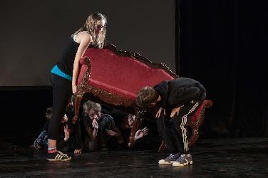 """Szenencollage von Jugendlichen: """"Du bist Theater"""""""