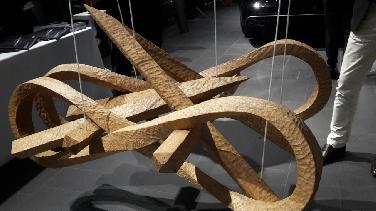 Holz- und Steinskulpturen zur Präsentation des A8
