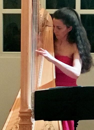 Harfenistin Silke Aichhorn beeindruckt in Hessellohe