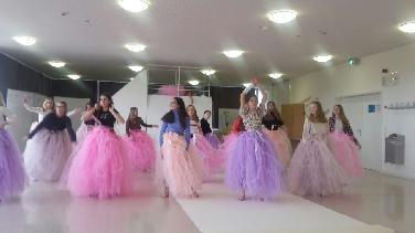 """Tanztheater-Collage mit 17 Mädchen """"Wahrheit o. Pflicht"""""""
